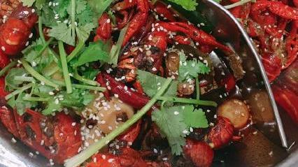 夏天顿顿烧烤少不了,吃小龙虾和烧烤,味道美滋滋一级棒