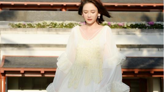 陈乔恩虽然穿的像个清纯公主,但身材真是熟透了,露出蕾丝边真美