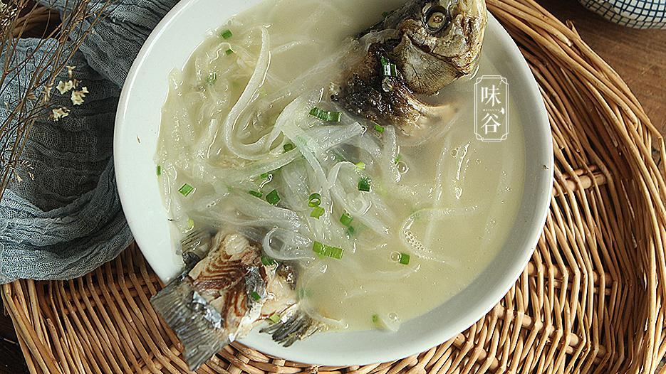 炖鱼汤时,别直接加水煮,教你正确做法,鱼汤奶白无腥味,真鲜美