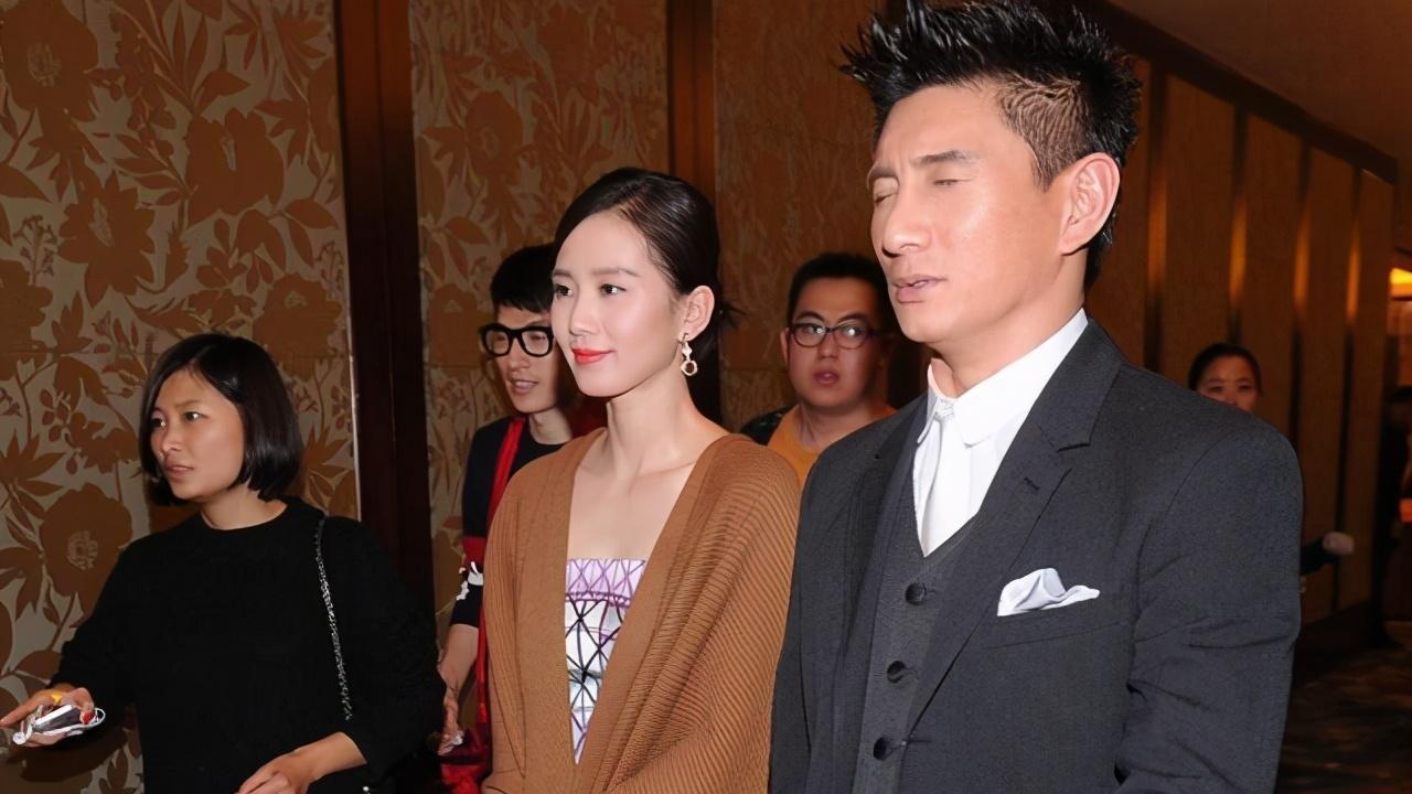 被吴奇隆的娇妻惊艳了,穿印花裙配驼色披肩,气质脱俗贵不可言