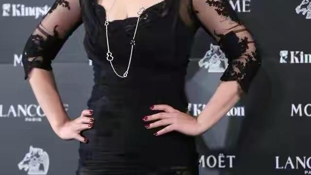 41岁郝蕾太敢穿,黑色蕾丝礼服凹造型,美得惊艳又端庄