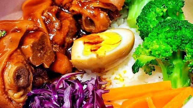 不吃不厌猪脚饭,更是饭菜完美的融合,味道鲜美,软烂胶棉