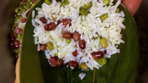 粽子最好是趁热吃,糯米在加热状态下,支链淀粉会糊化,有利于被消化酶分解