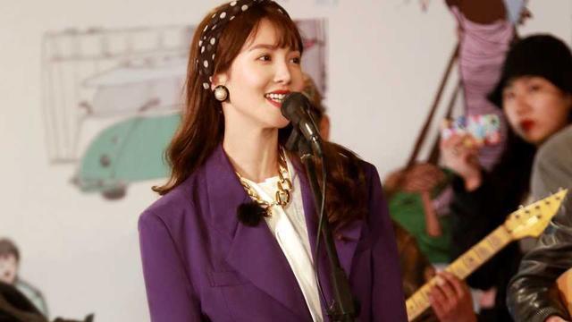 金晨新造型不错,紫色西装复古时髦,下摆塞裤腰,腰还这么细!
