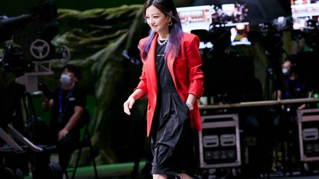 """赵薇用穿搭演绎""""红与黑""""的魅力,西装配连衣裙干练优雅,太飒了"""