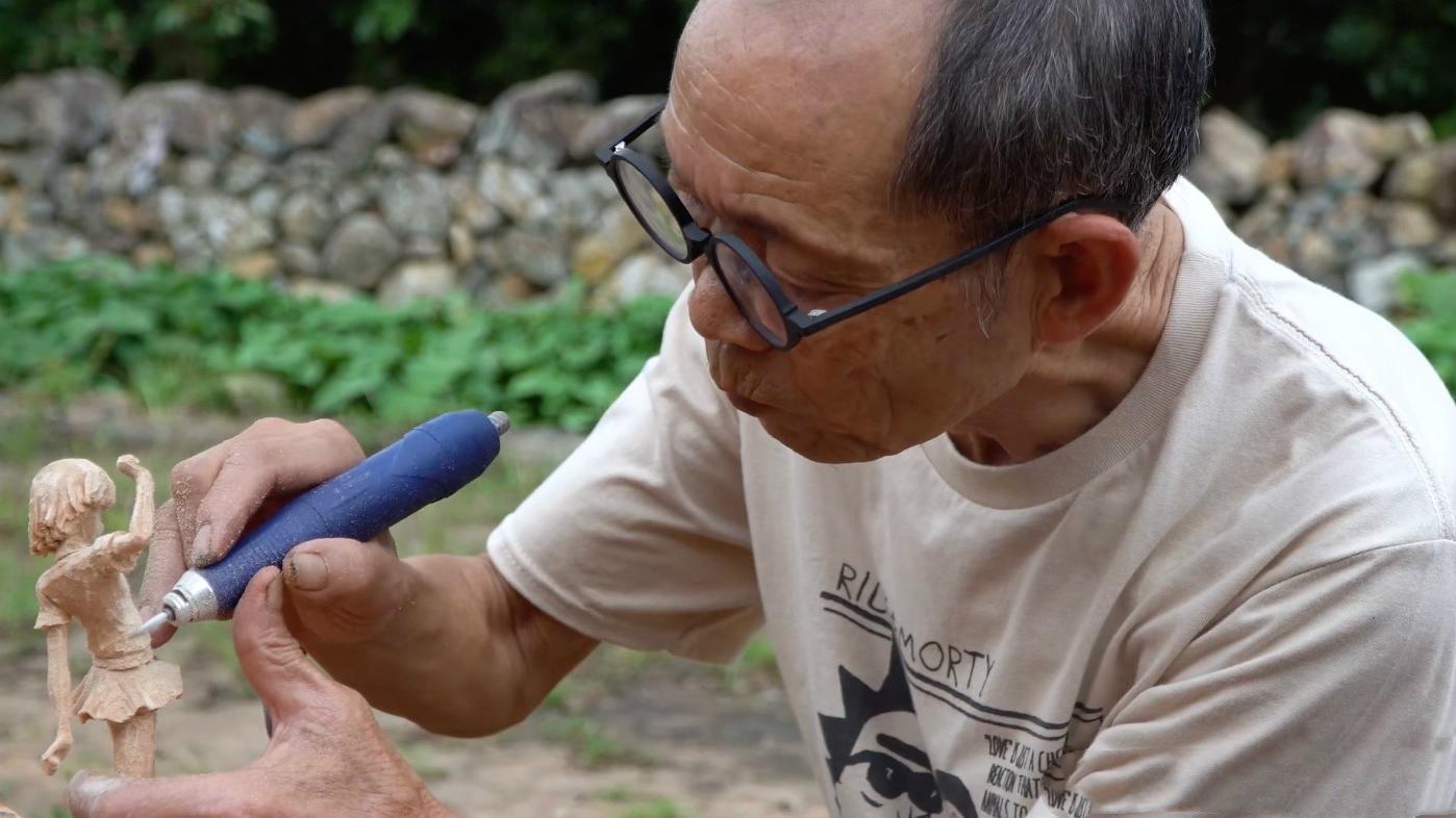 B站年龄最大UP主,做的木雕手办惟妙惟肖,还会不少二次元梗
