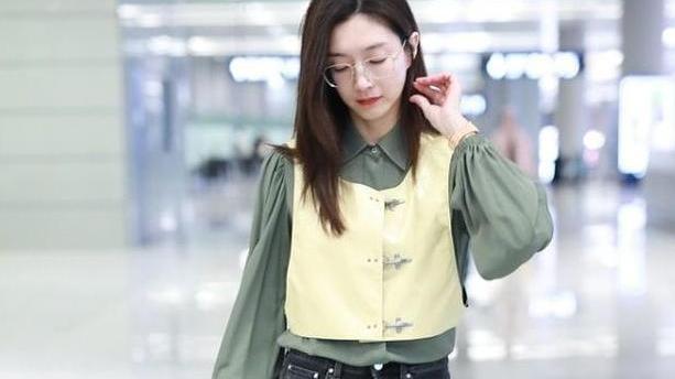江疏影真有大女人的样,短背心配豆绿色衬衫,也能穿出强大气场