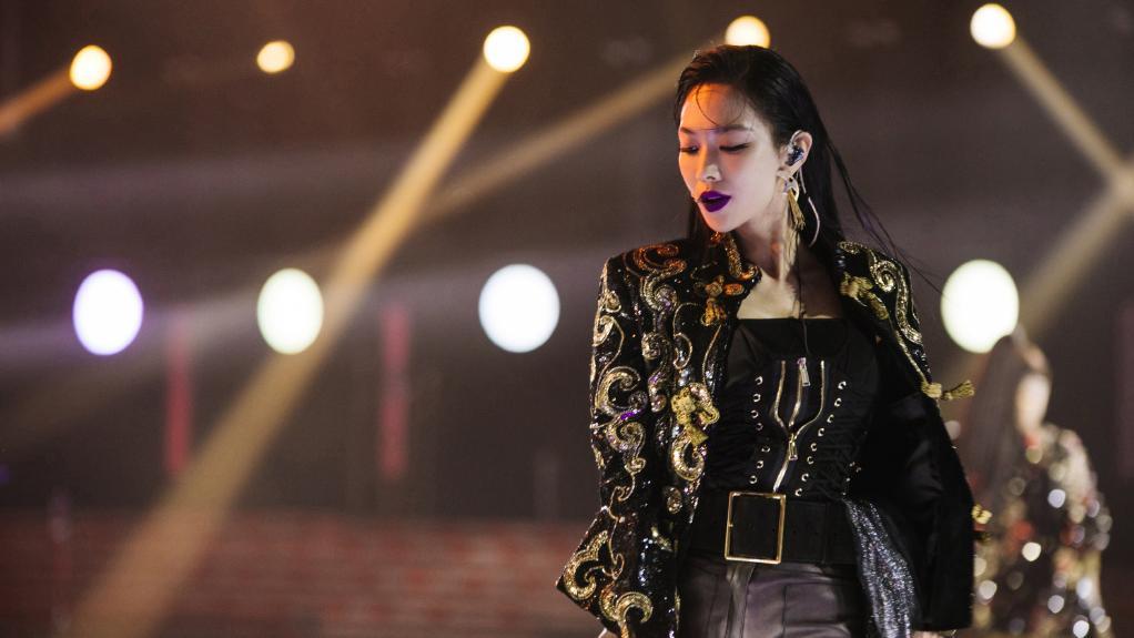 她是韩国女团出道却没大红,今穿亮片外套配紫色口红,霸气十足