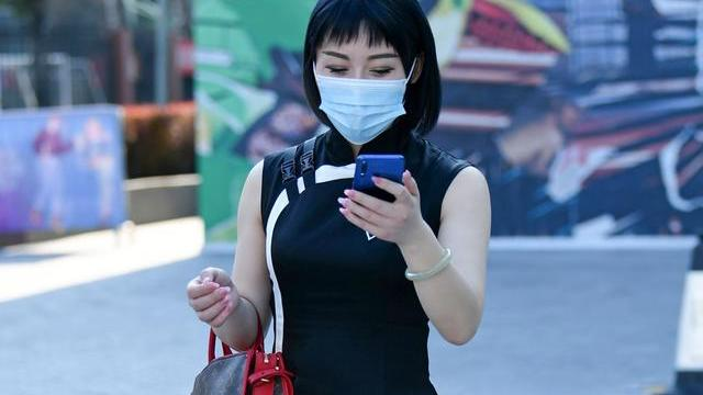 秋天流行小黑裙,美女用黑色改良款旗袍,演绎中式小黑裙的魅力
