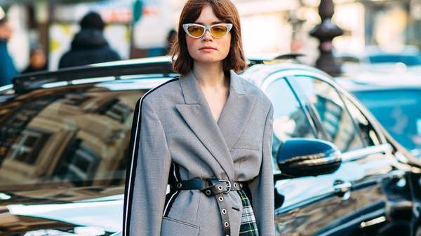 """最近火了一种穿搭,叫""""西装+裙子"""",时髦显气质,这样穿好美"""