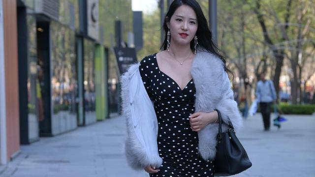 """一款时髦的""""波点裙"""",简约又富有层次,时髦精们爱不释手!"""