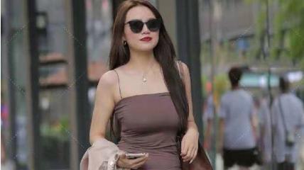 咖啡色吊带连衣裙搭配浅咖喱色长袖衬衫,轻盈舒适,尽显极致美感