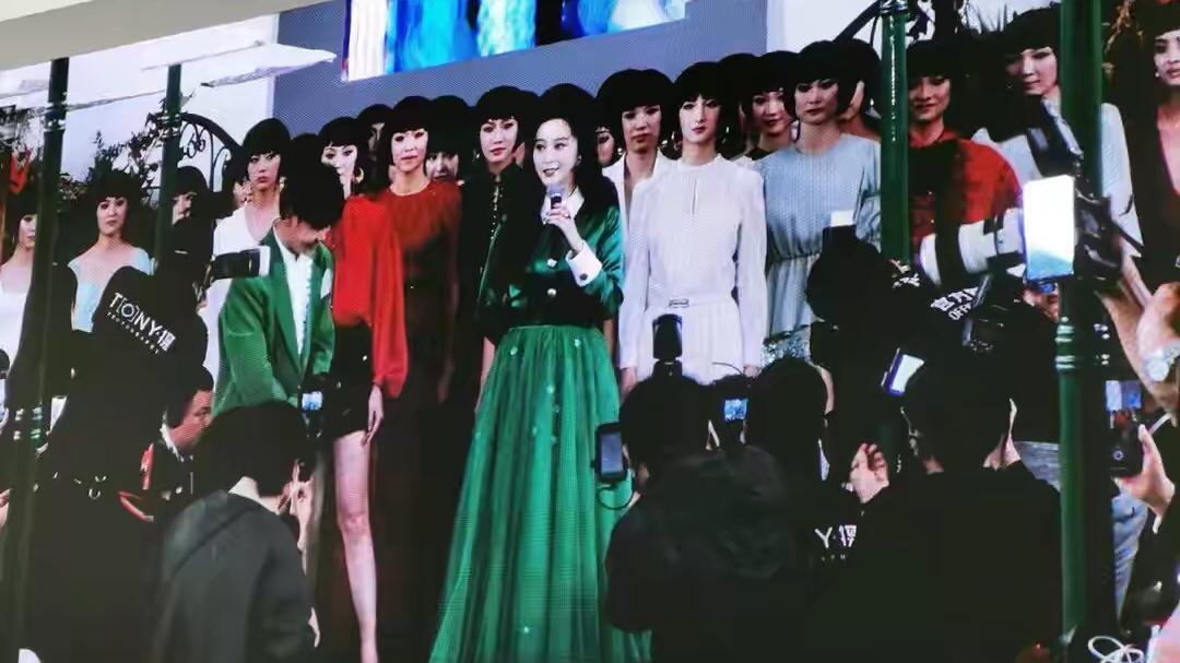 范冰冰时装周抢镜,穿绿纱裙坐C位,扎马尾配蝴蝶结像迪士尼公主