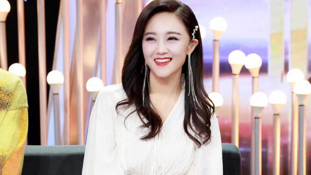 玖月奇迹王小玮单身后更美了,穿白色拖尾连衣裙演唱,气质出众