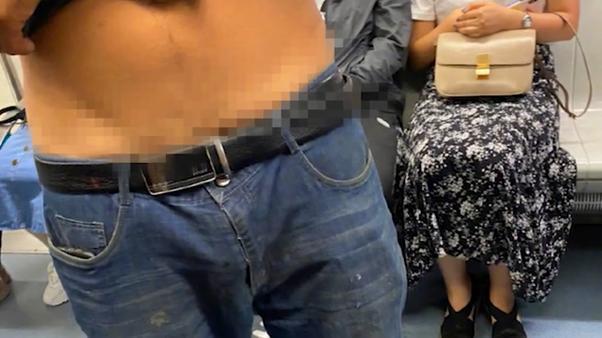 男子将牛仔裤半脱,隐隐露出臀部,网友:女的都提高了吗?