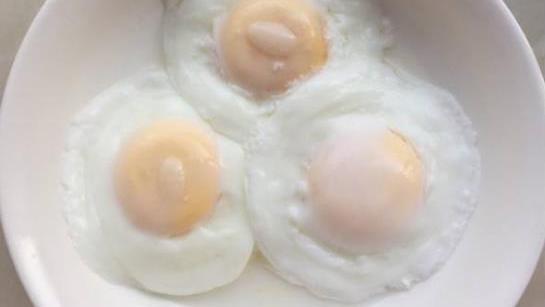 煮荷包蛋时,想要煮的更加圆润漂亮,大厨:只需一个勺子就能搞定