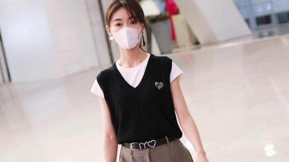 """吴谨言穿黑色马甲配长裤,完美腰身尽显,简直就是个""""腰精""""!"""
