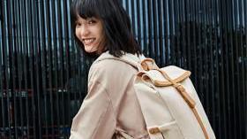 在穿搭里加一只真皮包,造型更有格调了