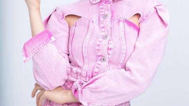 杨超越少女感无敌了,一袭粉色镂空牛仔裙上身,全方位无死角的美