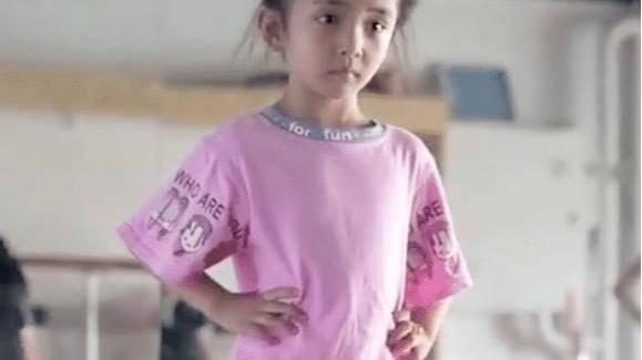 杨幂女儿小糯米颜值曝光,看到走台步的样子,简直就是翻版小杨幂