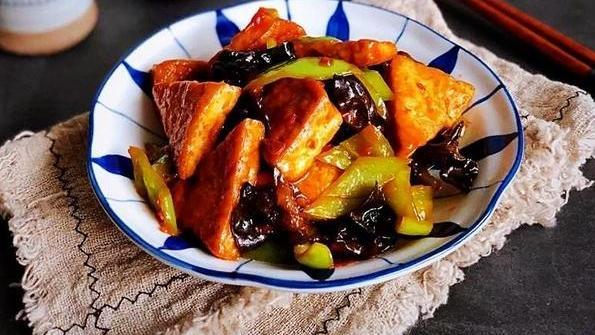 豆腐是中国的传统食品,通常是由大豆经过浸泡、磨浆、点卤、压制等工艺制作而成