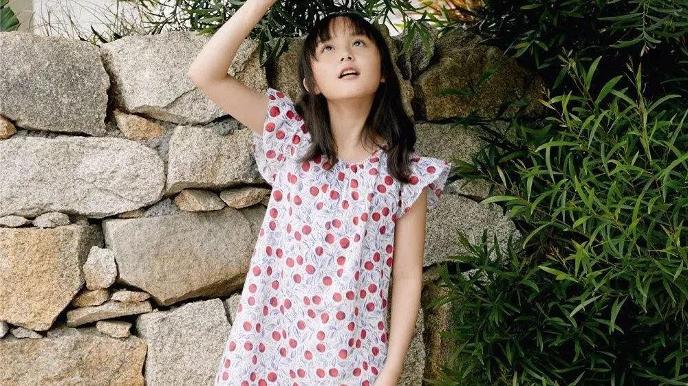 """""""小芈月""""刘楚恬长大了,格纹吊带裙搭黑T恤,小小年纪这么会穿"""