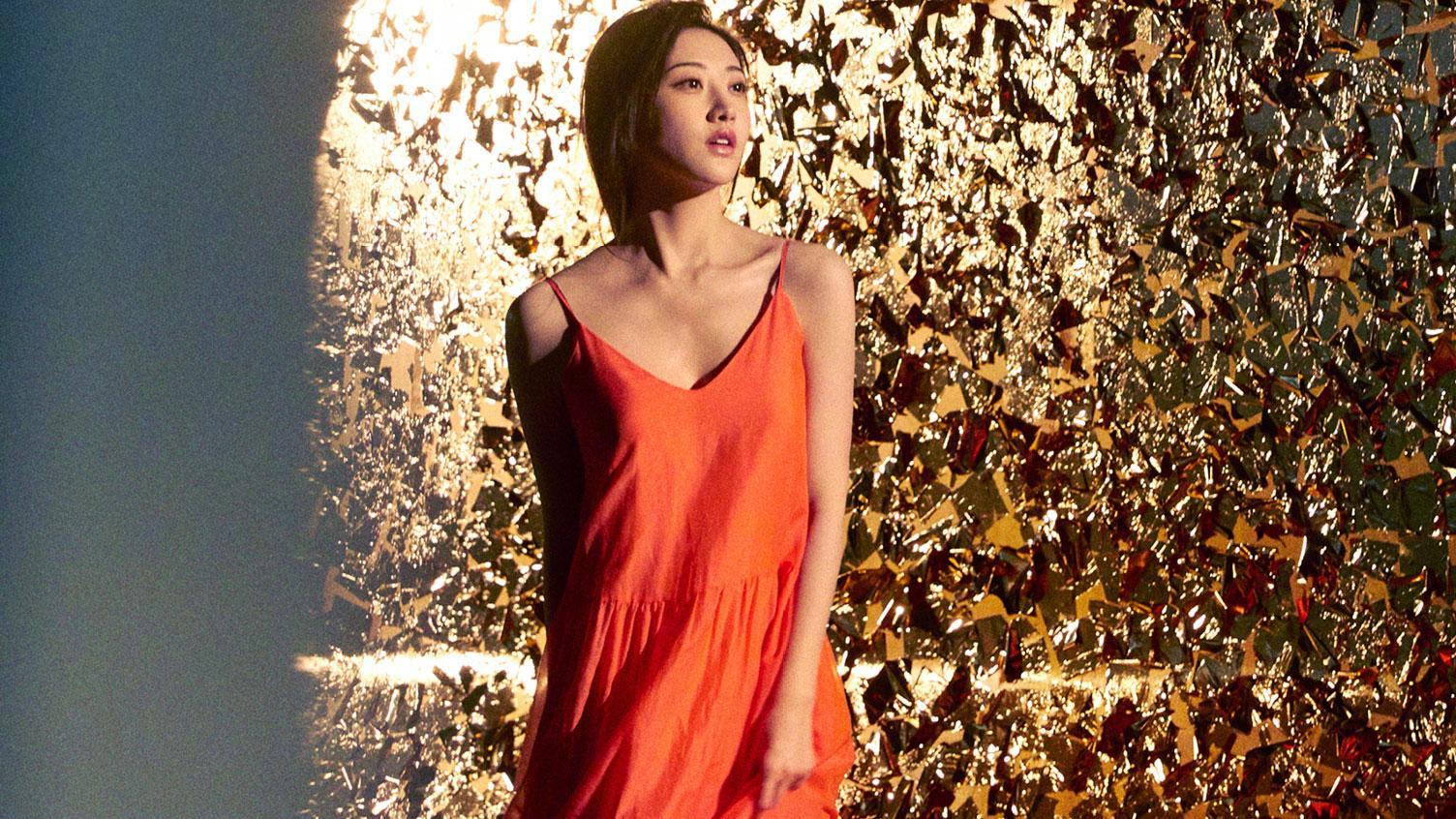 景甜这是什么神仙颜值,穿大红色轻纱层叠裙,配珍珠耳环明艳甜美
