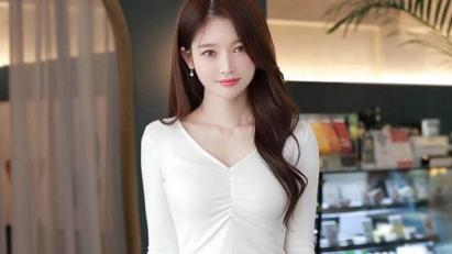 鹅蛋小脸美女, 穿白色纯棉衫, 温婉动人