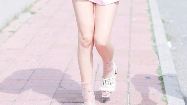 """张馨予不愧是""""最美军嫂"""",当她只穿T恤出门,真实腿型让人崩溃"""