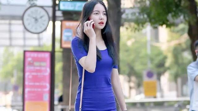 深蓝色修身连衣裙搭配高跟鞋,明艳端庄,飘逸美丽