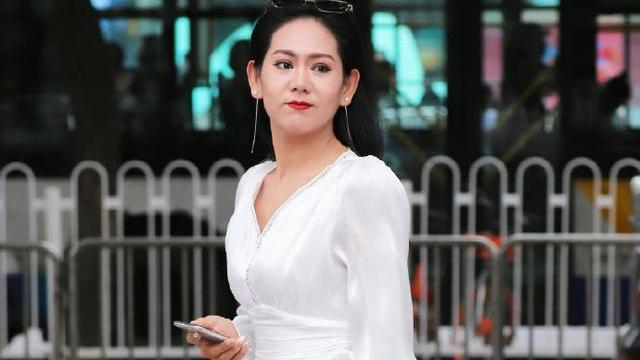 """气定闲神的贵妇,一袭白色""""仙女裙"""",尽显轻熟的时尚风"""