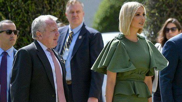 """""""美国公主""""伊万卡""""出糗"""",绿色荷叶裙看着高贵,风一吹很尴尬"""