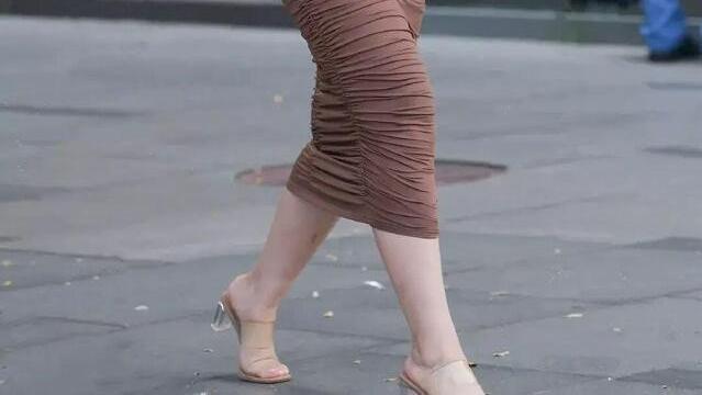 美女穿搭:三十岁阿姨穿搭,一件修身吊带连衣裙,更好的展示女性魅力