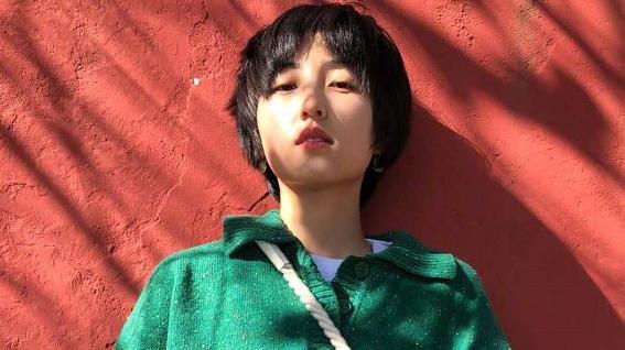 张子枫私服造型高级,绿色毛衣配白色小包,盐系风格很清新!