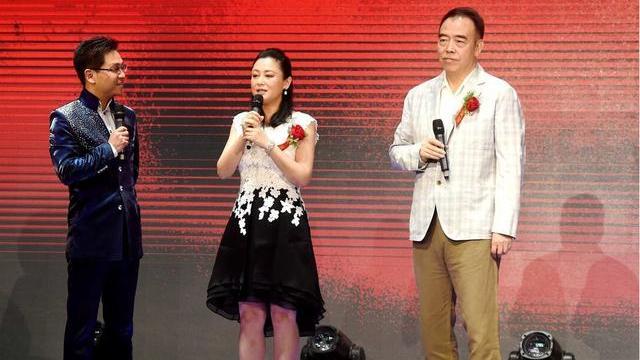 陈红真是不服老,粉色短裙还配个小花领,年过半百也要穿出少女感