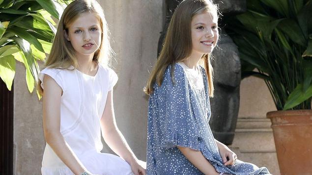 西班牙王后换新衣!同框国王乍一看宛如父女,手提平价包另有深意