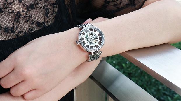 你认为女人戴手链和手表,哪个更显高贵?