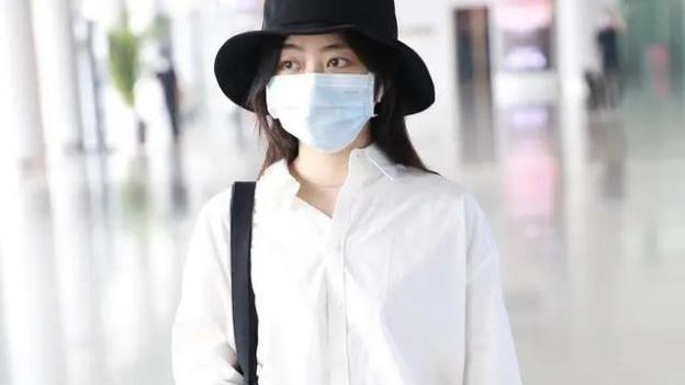真被谭松韵美到了,身穿白衬衫配黑色西裤,职场小白这么穿才好看