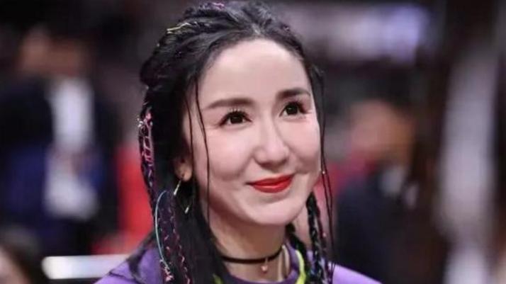 """她才31岁脸就崩了? 从来不承认整容, 如今满脸硅胶感垮成""""假人"""""""
