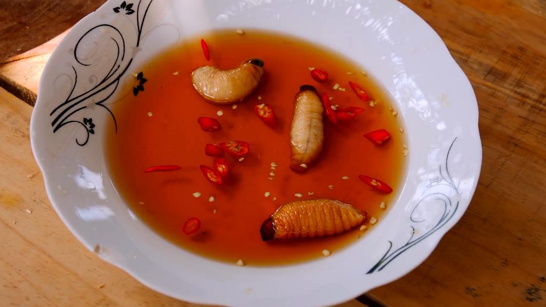 越南人在椰树上找到的美食,这个蠕虫大餐你敢吃吗?