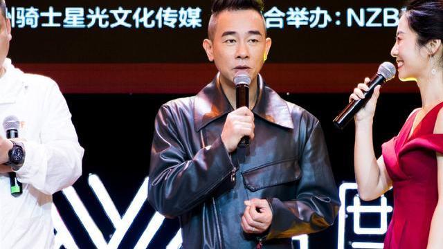 52岁陈小春穿连体裤显年轻,与应采儿同框看不出年龄差距,真般配
