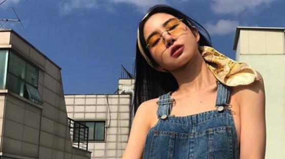 韩国女演员黄圣言,私服穿搭秀好身材,帅气个性slay全场