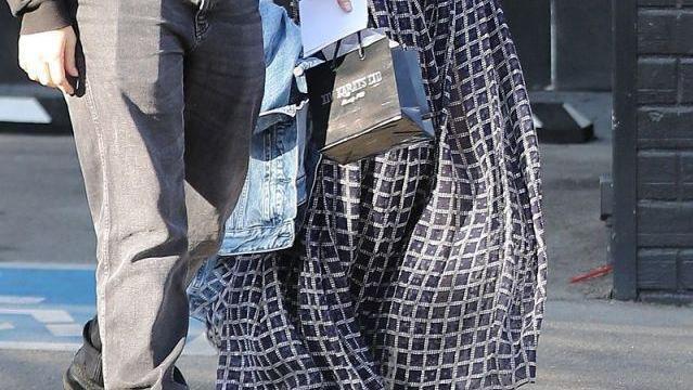 安娜德阿玛斯穿黑T恤搭格纹群尽显浪漫洒脱气质,身段超迷人