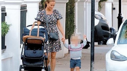 37岁凯特妹妹遛娃,穿碎花裙却像是大妈,儿子打扮很像路易王子