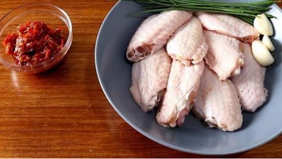 剁椒鸡翅非常美味,不仅仅拥有可口的感受,做饭小白也没问题