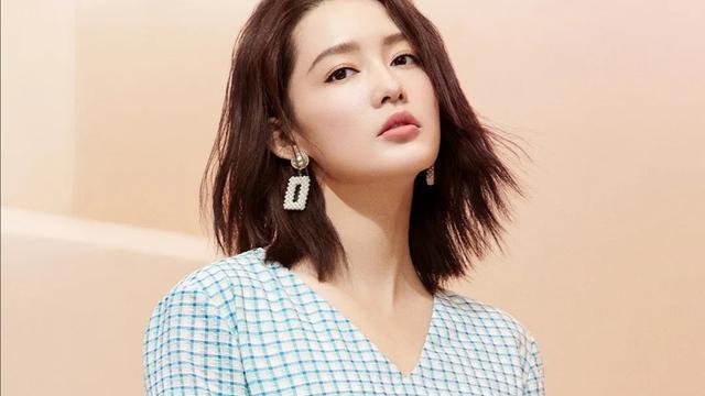 李沁穿起小毛衣清新优雅,西式套装轻熟时髦,穿搭日常又时尚