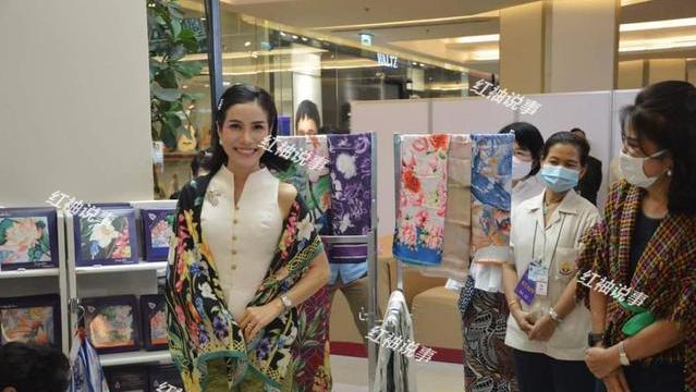 35岁诗妮娜闪耀商场!发型复古身穿旗袍,恍惚间好像旧上海名媛