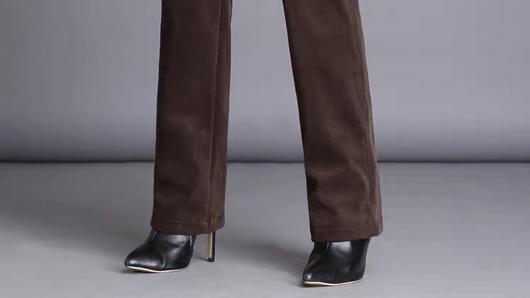 """今秋流行一女裤叫:""""灯芯绒裤"""",也叫""""直筒裤"""",洋气又百搭"""
