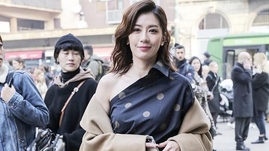 46岁贾静雯真美,一袭驼色大衣配波点裙优雅时髦,高级感挡不住