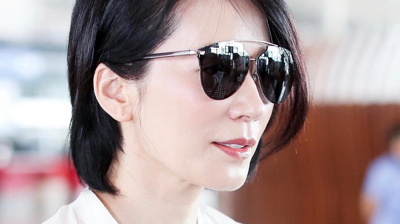 俞飞鸿真不愧是气质女神,穿白衬衫搭配牛仔裤走机场,简约大气